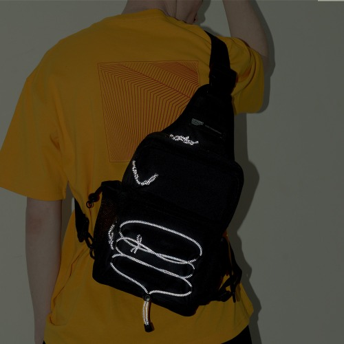REFLECTIVE TECH SLING BAG (BLACK)